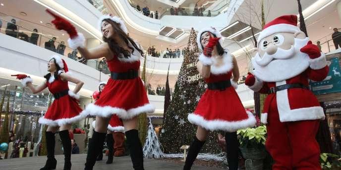 Une animation réalisée à l'occasion de Noël, au cœur d'un centre commercial de Séoul, en Corée du Sud, le 24 décembre.