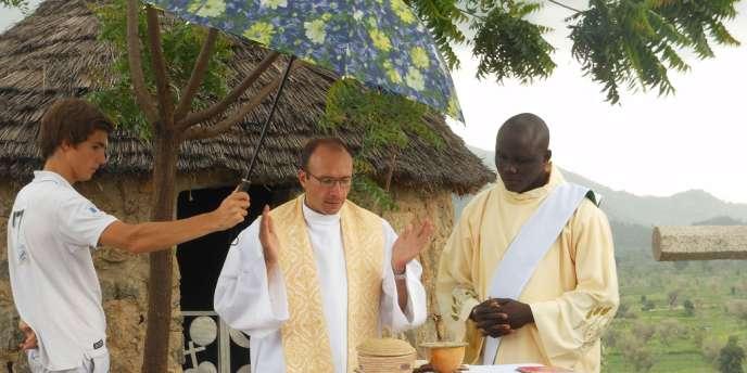 Le père Georges (au centre), âgé de 42 ans, avait été enlevé par des hommes armés dans la nuit du 13 au 14 novembre au Cameroun, dans sa paroisse de Nguetchewe, à quelque 700 km au nord-est de Yaoundé.