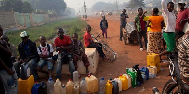 Des habitants de Bangui font la queue pour s'approvisionner en essence, le 24 décembre.