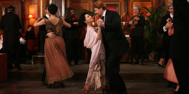 Malgré les difficultés de la vie, Tatiana (Anouk Grimberg) et Leonid Stern (Sava Lolov) forment un couple soudé.