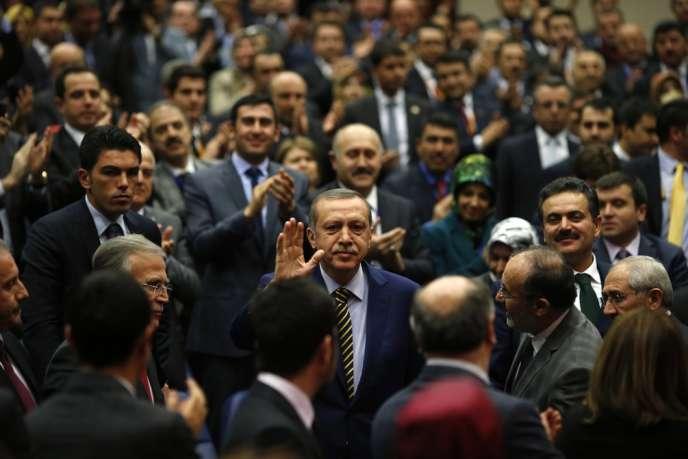 Le premier ministre turc Recep Tayyip Erdogan entouré de membres de son parti, l'AKP, le 25 décembre.