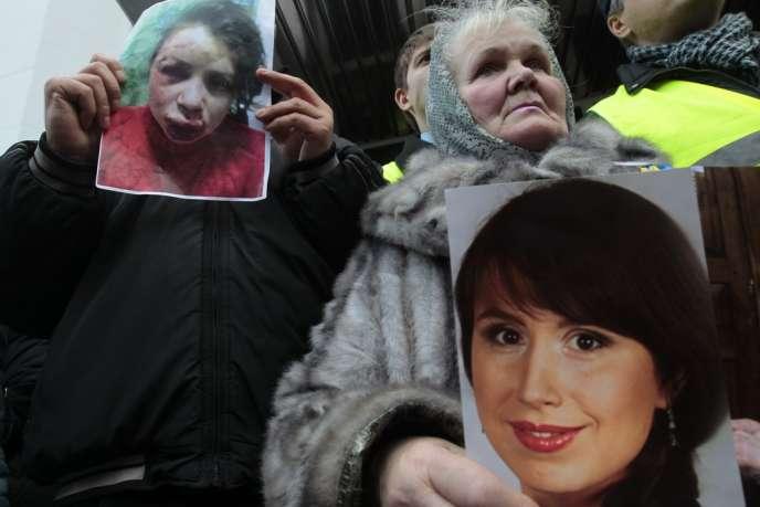 Des militants proeuropéens brandissent les portraits de la journaliste ukrainienne Tetiana Tchornovol, après son agression le mardi 24 décembre.
