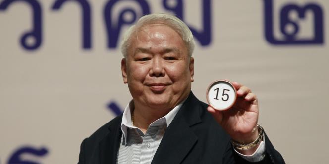 Tirage au sort des numéros inscrits face aux noms des candidats des élections de février, le 26 décembre dans le stade de Bangkok.