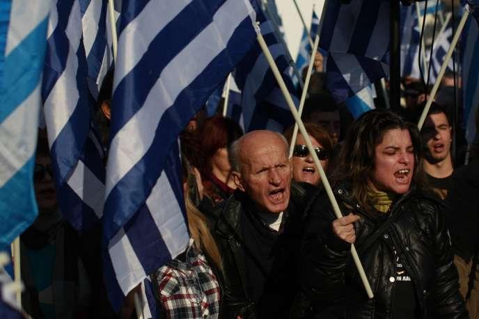 Des militants d'Aube dorée manifestent, le 14 décembre 2013, pour empêcher la construction d'une mosquée à Athènes.
