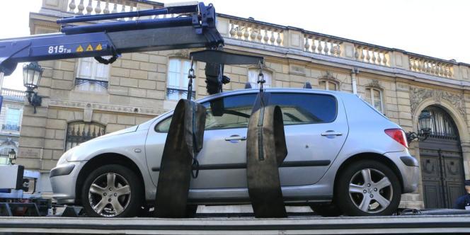 La voiture de l'homme qui a tenté de forcer les grilles de l'Elysée.