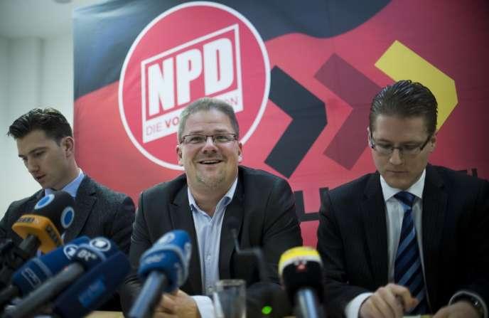 Holger Apfel, président démissionnaire du NPD, au centre de la photographie.