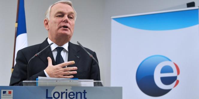 Le premier ministre, Jean-Marc Ayrault, a défendu la politique de l'emploi menée par son gouvernement, lors d'une visite d'une agence de Pôle emploi à Lorient, le 27 décembre.