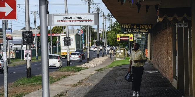 Depuis 2007, vingt-cinq artères de la ville ont été renommées, mais panneaux et murs gardent en mémoire les anciens noms de rues, que les habitants continuent d'utiliser.
