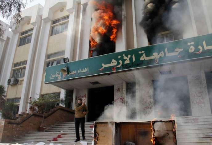 Des partisans des Frères musulmans ont mis le feu samedi à un bâtiment de l'université Al-Azhar au Caire.
