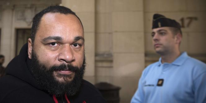 L'humoriste Dieudonné arrive à l'audience de son procès pour diffamation, insultes et incitation à la haine et à la discrimination, à Paris, le 13 décembre 2013.