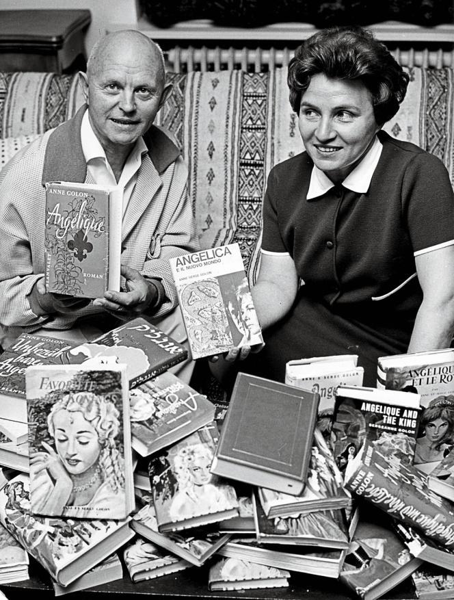 En 1966, Anne Golon et son mari Serge, qui cosigne les romans, posent avec les traductions d'
