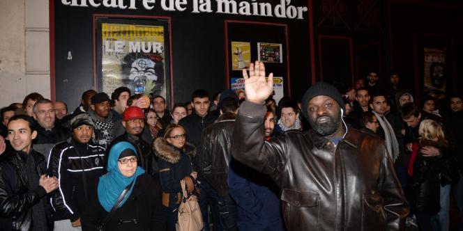 Environ 200 personnes se sont réunies le 28 décembre devant le théâtre parisien de la Main d'or pour apporter leur soutien à Dieudonné.