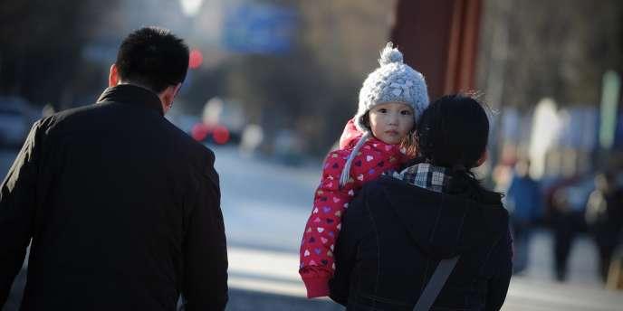 Une motion formalisant l'assouplissement de la politique de l'enfant unique en Chine a été adopté, samedi 28 décembre.