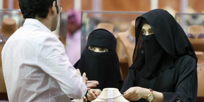 Dans une boutique de Riyad, la capitale de l'Arabie saoudite. La police religieuse a annoncé qu'elle veillerait à ce que l'interdiction de fêter le Nouvel An soit respectée.
