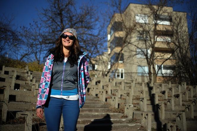 Petia Kotcheva, jeune Bulgare de 24 ans, devant le stade de Gabrovo, le 20 décembre. La jeune femme s'apprête à s'installer à Amsterdam pour travailler comme serveuse.
