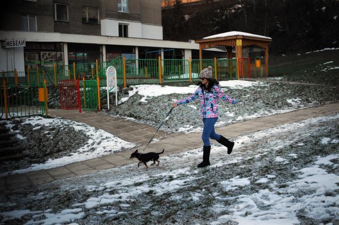 Petia Kotcheva, jeune Bulgare de 24 ans, à Gabrovo, le 20 décembre. La jeune femme s'apprête à s'installer à Amsterdam pour travailler comme serveuse.
