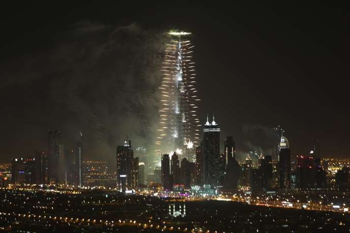Le feu d'artifice s'est étiré sur plus de 96 km de côte : de Burj Khalifa, la plus haute tour du monde (828 m), à Palm Jumeirah, archipel artificiel en forme de palme, et ensuite The World, archipel artificiel en forme de planisphère au large de la cité-Etat.