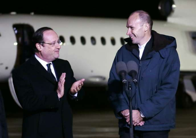 Le prêtre Georges Vandenbeusch (à droite), accueilli par François Hollande à son arrivée en France, mercredi 1er janvier.