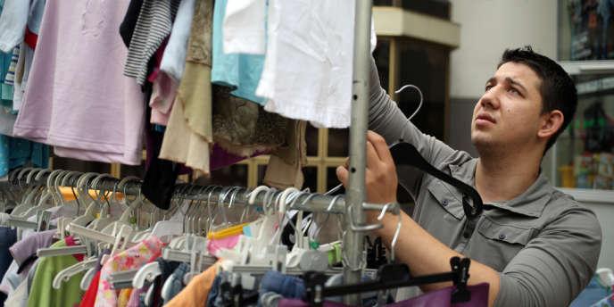 Un Rom travaille dans un magasin d'Emmaüs, en septembre 2013.