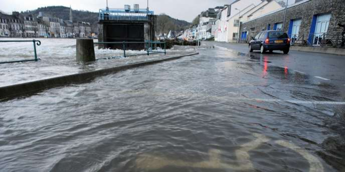 Crue de l'Aulne, le 25 décembre à Chateaulin, dans le Finistère, après le passage de la tempête Dirk.