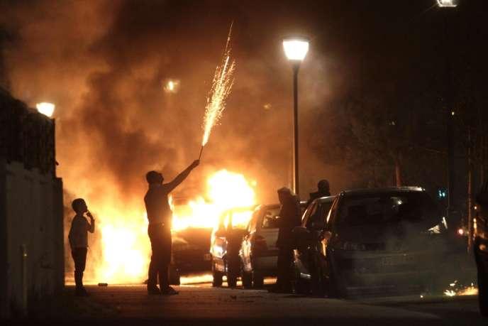 Pétards et voitures brûlées à Neuhof, près de Strasbourg, la nuit du 31 décembre 2013.
