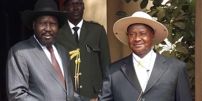 Le président du Soudan-du-Sud, Salva Kiir, et son homologue ougandais, Yoweri Museveni, le 30 décembre à Juba, la capitale du Soudan-du-Sud.