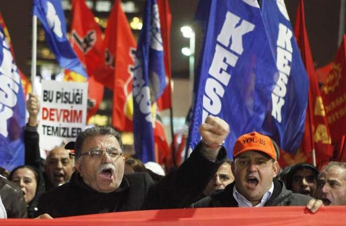 Des manifestants demandent la démission du premier ministre Erdogan après le scandale de corruption qui entache son gouvernement.