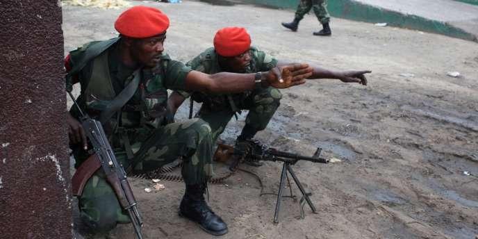 Des militaires le 30 décembre à Kinshasa, après une prise d'otage à la télévision publique.