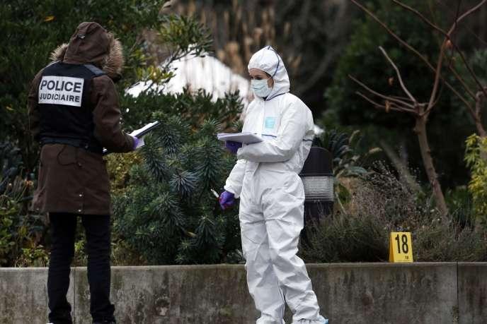 Un jeune homme de 20 ans a été tué d'un coup de couteau dans la nuit du Nouvel An, à Paris, dans les jardins du Trocadéro. La police se trouvait sur les lieux du crime, le 1er janvier.