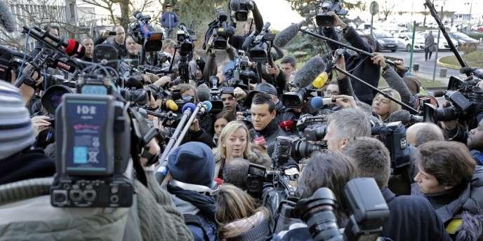 L'attachée de presse de Michael Schumacher, Sabine Kehm, devant les journalistes le 1er janvier devant le CHU de Grenoble.