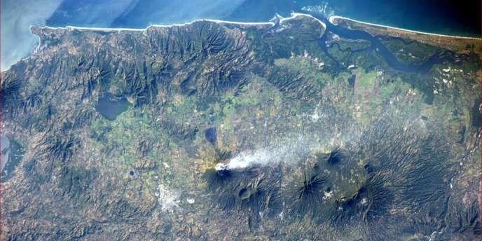 Image du Chaparrastique en éruption prise par l'astronaute américain Rick Mastracchio depuis la Station spatiale internationale, le 30 décembre.