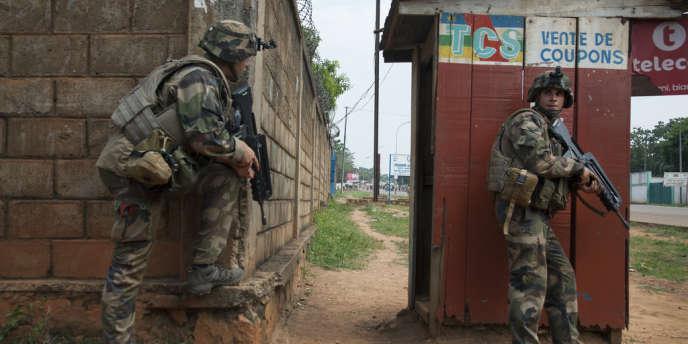 Ici, des soldats de l'opération Sangaris sécurisent les rues avant le passage d'un convoi de ressortissants tchadiens.