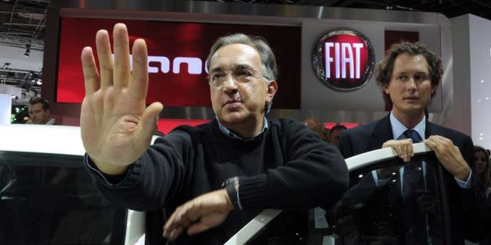 Sergio Marchionne, l'administrateur délégué de Fiat et PDG de Chrysler (à gauche), et John Elkann, le président du constructeur automobile italien, au Salon de l'automobile à Paris, en septembre 2012.