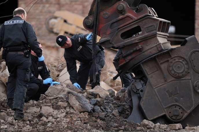 Des officiers de police examinent les lieux de l'explosion qui a provoqué la mort d'une personne dans l'ouest de l'Allemagne le 3 janvier.