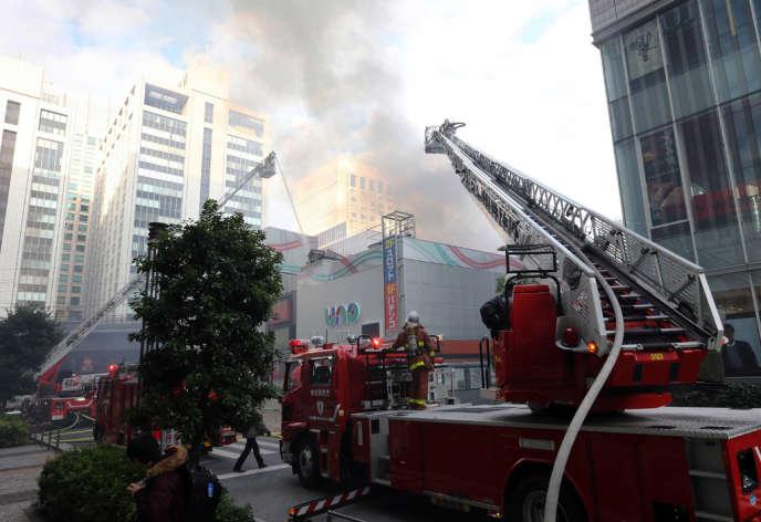 Les pompiers interviennent pour maîtriser un incendie près d'une gare du centre de Tokyo, vendredi 3 janvier.