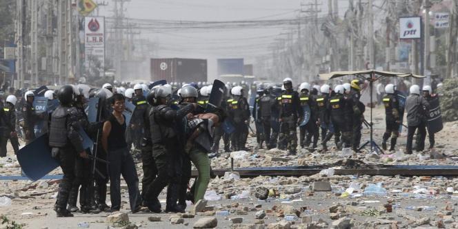Des travailleurs sont arrêtés par la police lors d'une manifestation le 3 janvier à Phnom Penh.