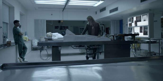 Le médecin légiste (Gabriel Flores Jair) et l'enquêtrice Saga Norèn (Sofia Helin) découvrent que le cadavre est, en fait, constitué de deux corps assemblés dans la série