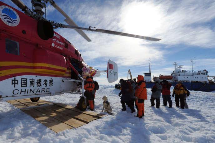 Un hélicoptère chinois a porté secours aux passagers du «Shokalskiy», le 2 janvier.