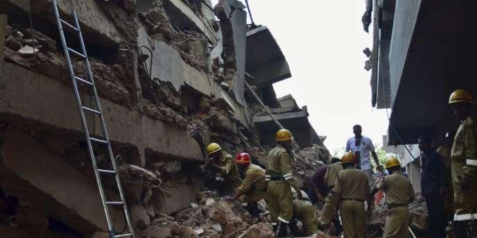Les sauveteurs tentent de dégager des survivants sous les débris de l'immeuble effondré à Canacone, dans l'Etat indien de Goa, samedi 4 janvier.