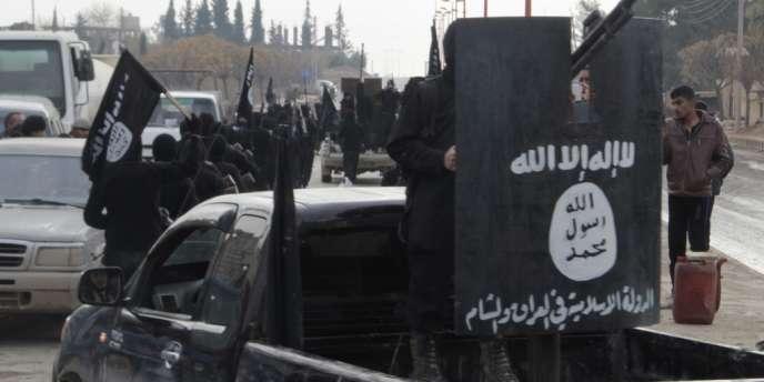 Des combattants affiliés à l'Etat islamique en Irak et au Levant paradent en Syrie, près de la frontière turque, le 2 janvier 2014.