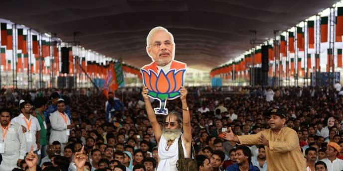 Le portrait de Narendra Modi brandi par un de ses partisans, le 29 septembre 2013, à New Delhi.