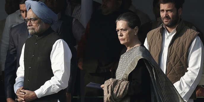 Le premier ministre indien, Manmohan Singh (à gauche), en compagnie de Sonia et Rahul Gandhi (C), le 19 novembre 2013 à New Delhi.
