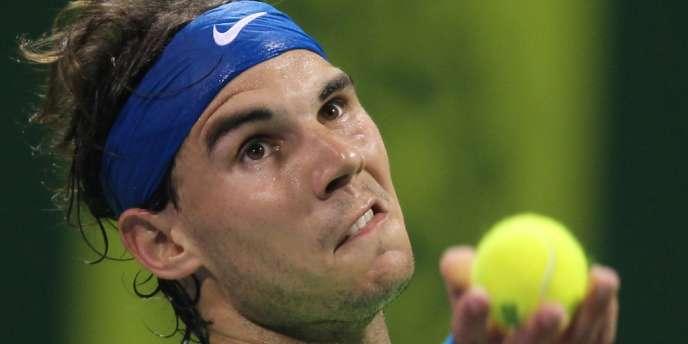 Rafael Nadal au service face à Gaël Monfils en finale du tournoi ATP de Doha, le samedi 4 janvier.