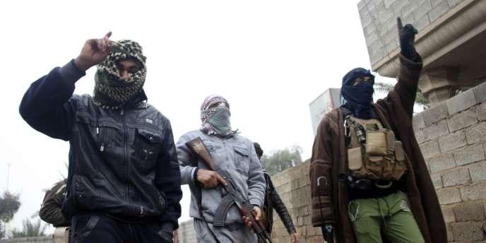Des combattants islamistes dans les rues de Fallouja, le 3 janvier.