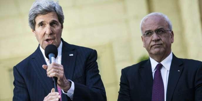 John Kerry donne une conférence de presse aux côtés du négociateur palestinien, Saeb Erekat.