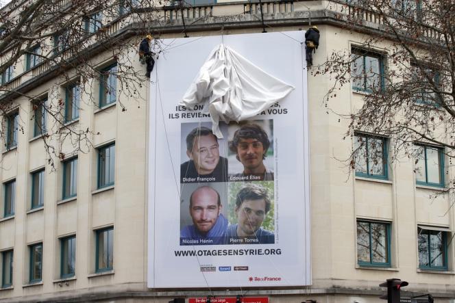 Une affiche de soutien aux quatre journalistes français enlevés en Syrie, le 6 janvier à Paris.