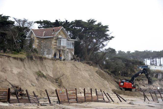La maison de l'Amélie, à Soulac-sur-Mer (Gironde), toute proche du vide en raison de l'érosion. Lundi 6 janvier, des engins travaillaient à renforcer la falaise de sable.