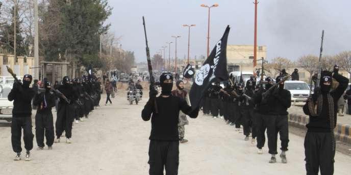 Défilé de combattants de l'Etat islamique d'Irak et du Levant (EIIL), groupe lié à Al-Qaida, à Tel Abyad, à proximité de la frontière turque, le 2 janvier 2014.