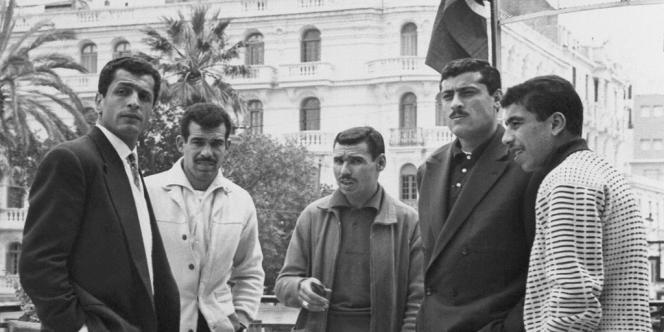 Mustapha Zitouni (le plus à gauche de l'image) pose avec ses coéquipiers du FLN à Tunis, le 18 avril 1958.