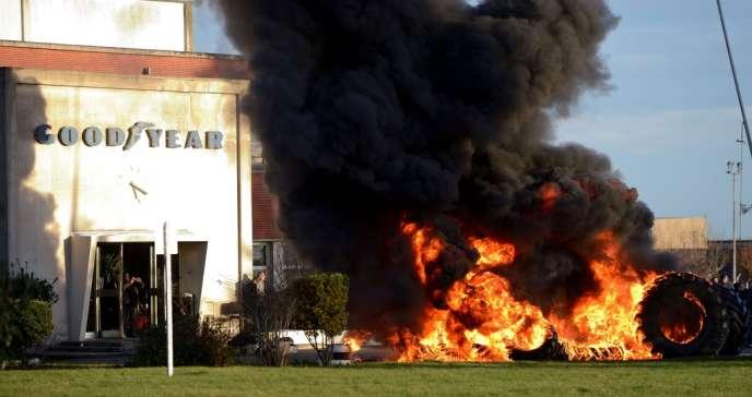 Des pneus en feu devant l'usine Goodyear d'Amiens, mardi 7 janvier.